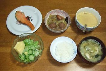 鮭焼、野菜煮、納豆、サラダ、ご飯、味噌汁。