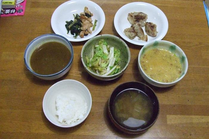 バンバンジー、餃子、カレー、漬物、納豆、ご飯、味噌汁。