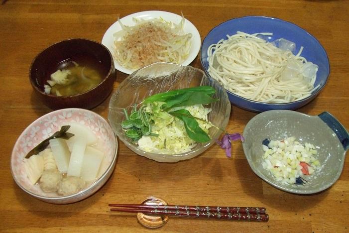 もやし炒め、漬物、枝豆の付出、茄子と卵の煮物、色野菜のサラダ、