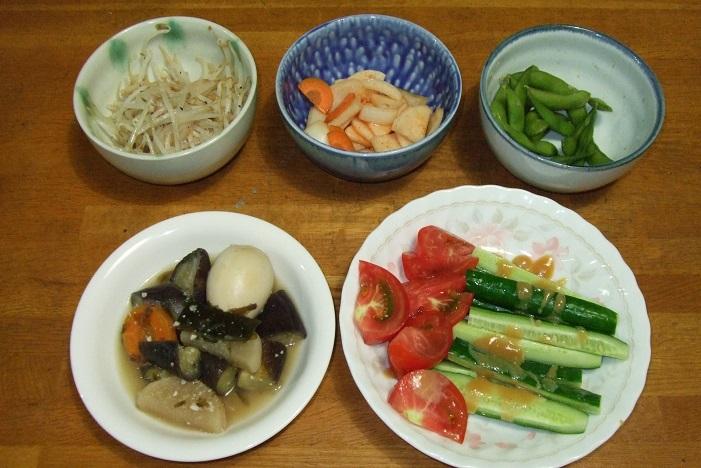 もやし炒め、漬物、枝豆の付出、茄子と卵の煮物、色野菜のサラダ。