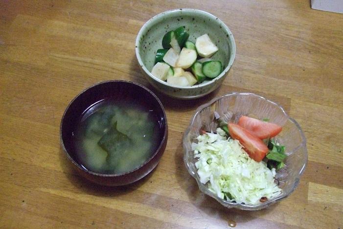 漬物、味噌汁、色野菜のサラダ、